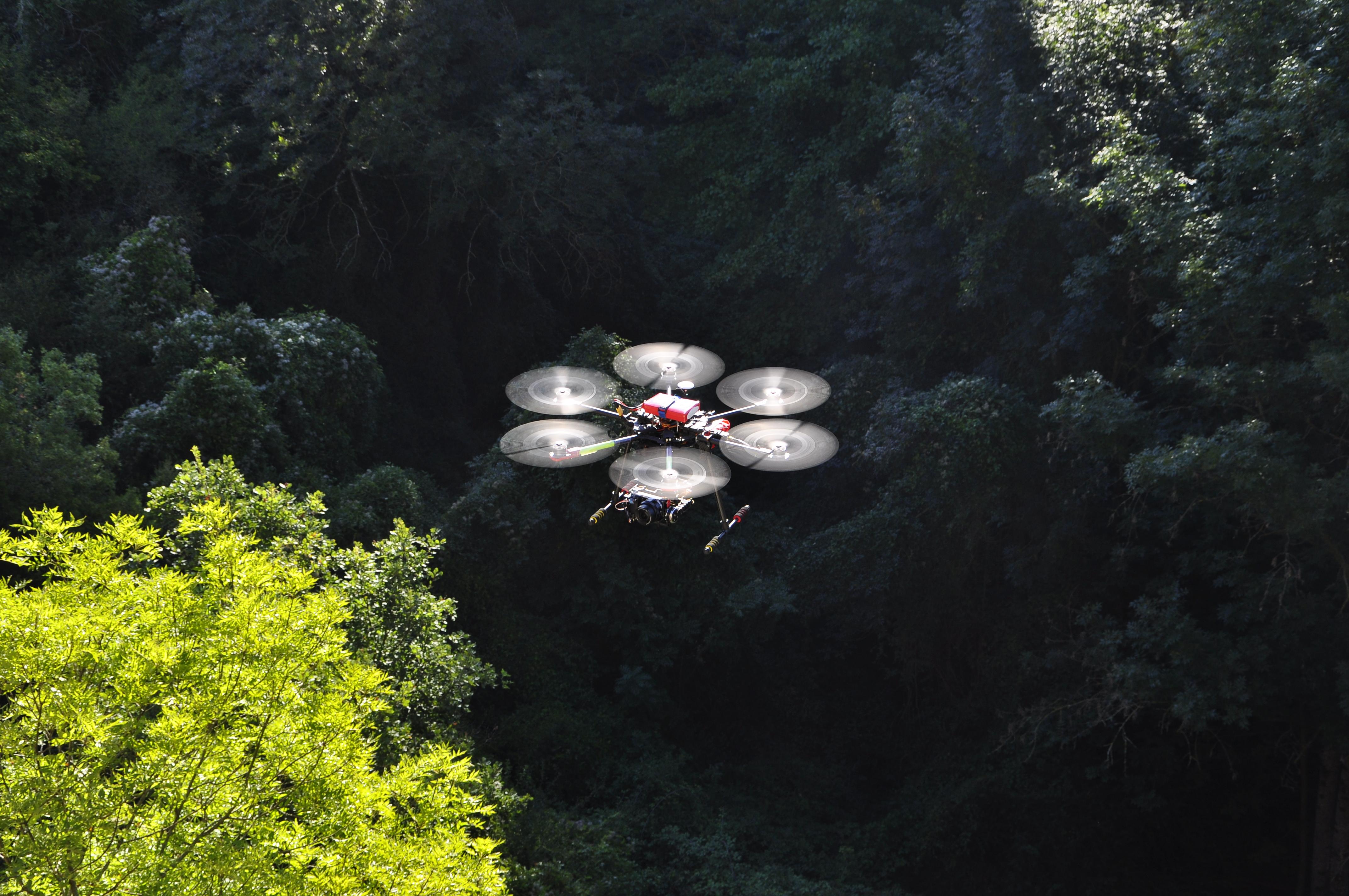 Drone en vol avec soleil