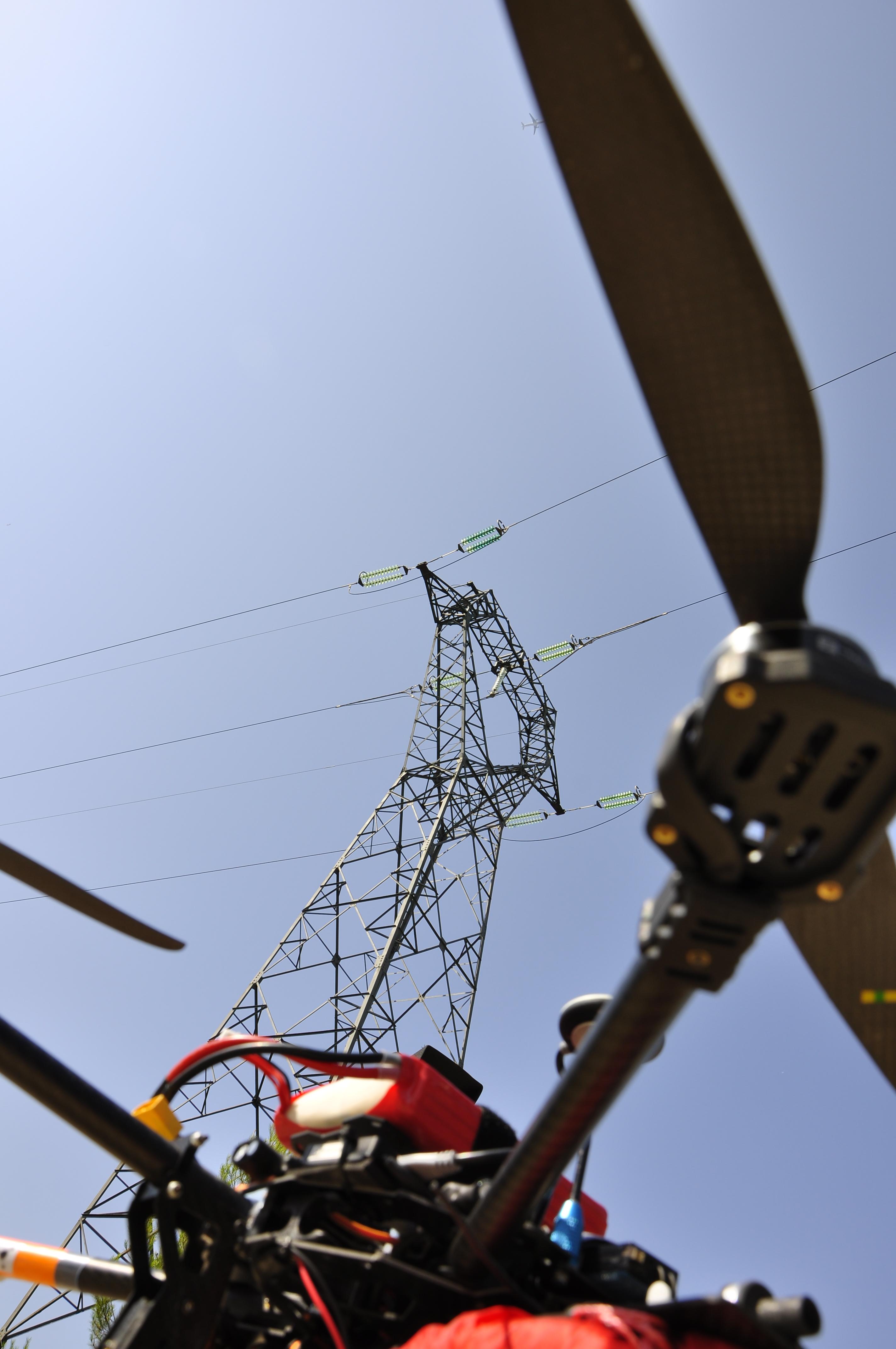 Drone et pylone