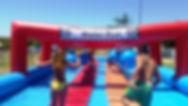 ילדים משחקים במתקן וויפאאוט מתנפח
