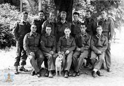 """תמונה קבוצתית עם הכלב """"היטלר"""""""