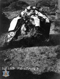 קברו של אלטמן עם זרים גרמניים