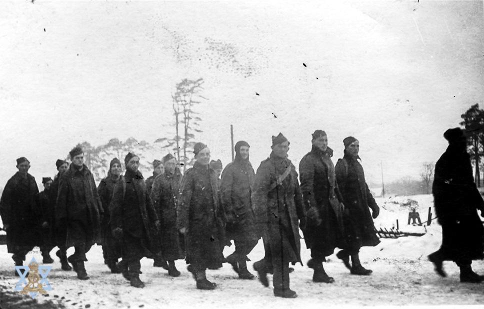 קבוצת שבויים בדרך לעבודה