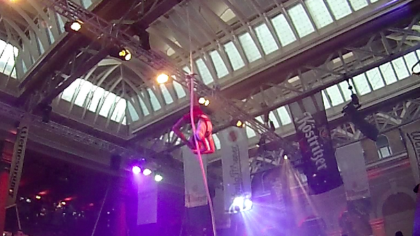 Katie Hardwick performing corde lisse at the 2015 London Bierfest