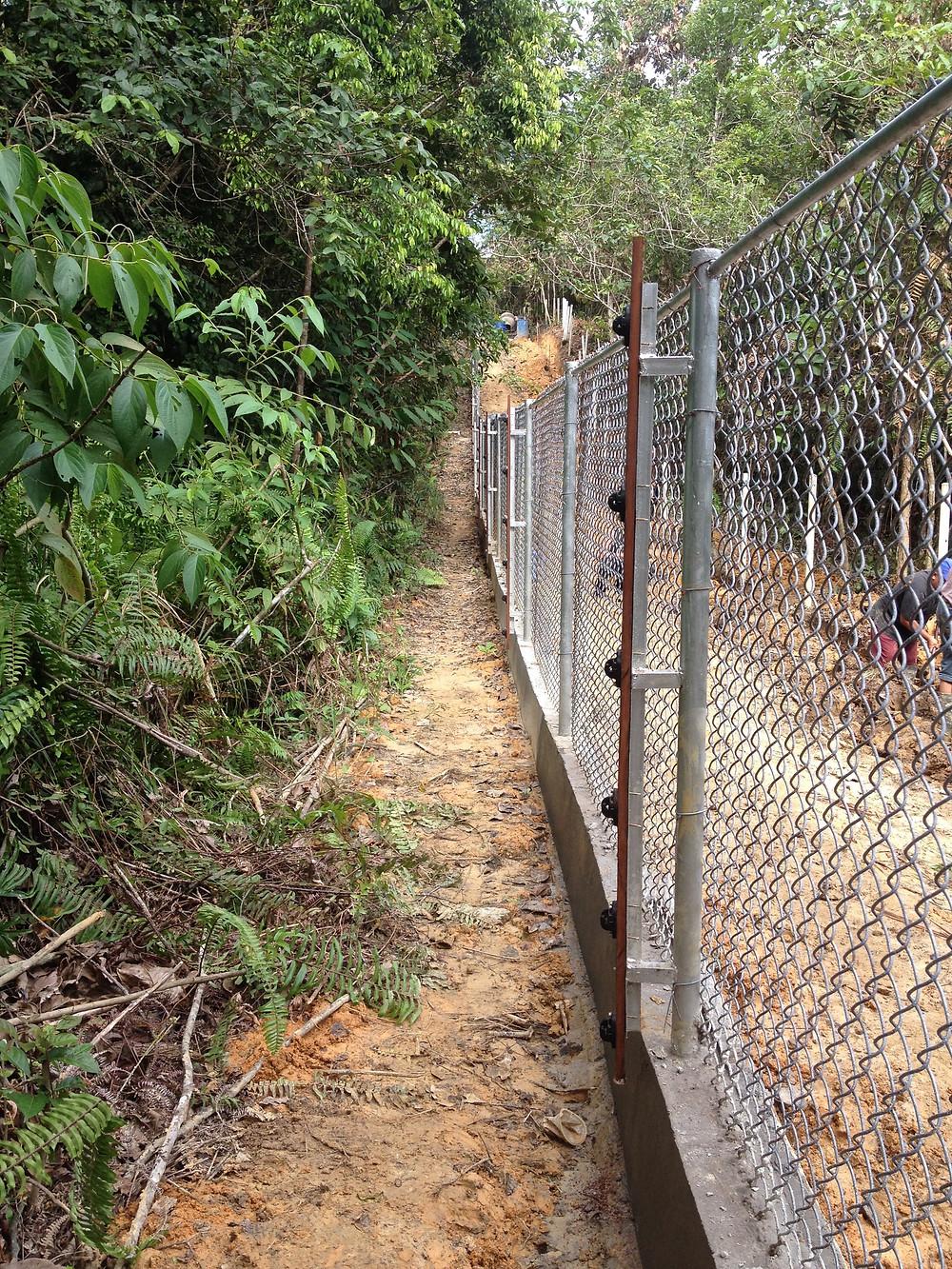 BOS-Rettungsstation in Samboja Lestari für Sonnenbären / sun bears, Zäune müssen regelmässig gewartet werden |BOS Schweiz