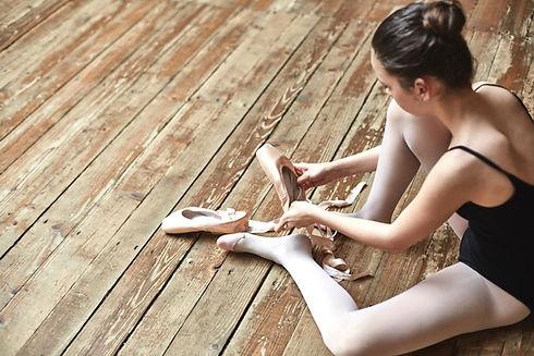 Mädchen schnürt sich herauf den Schuhen