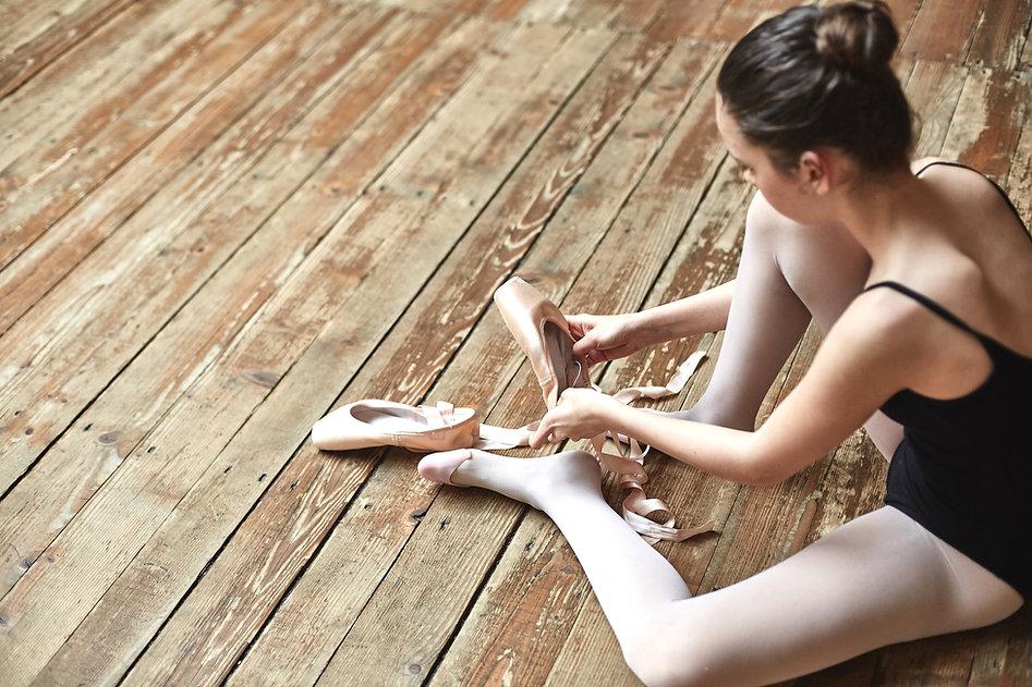 Menina Atadura acima Her Shoes
