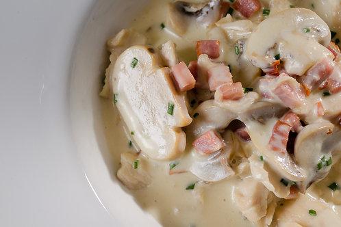 Iscas de Frango ao Molho de Cogumelos, Queijo e Bacon