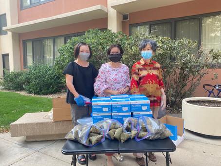 科州中華長青聯誼會為長者們派發粽子和口罩