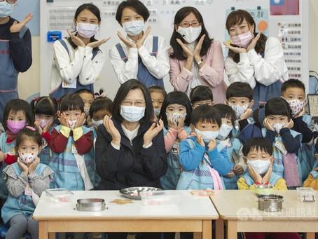 總統訪國防部大直幼兒園 冬至前與小朋友搓湯圓