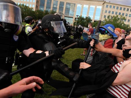 """奧羅拉成為科羅拉多州首個禁止 """"no-knock"""" 突襲搜查令的城市"""