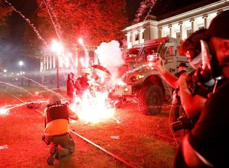 威州白人組「民兵」嗆示威17歲少年朝群眾開槍被捕