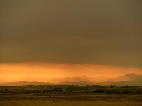 風和乾燥天氣助長卡梅隆峰大火煙霧沿落基山前沿蔓延
