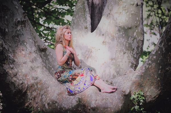 photo Chloé Rivière femme sacrée arbre