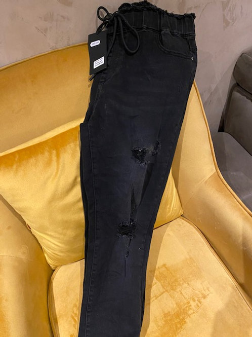 Jeans zerrissen, unterlegt mit Gummizug