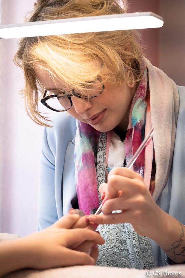 Maurine, spécialiste en prothésie ongulaire et modelage d'ongles