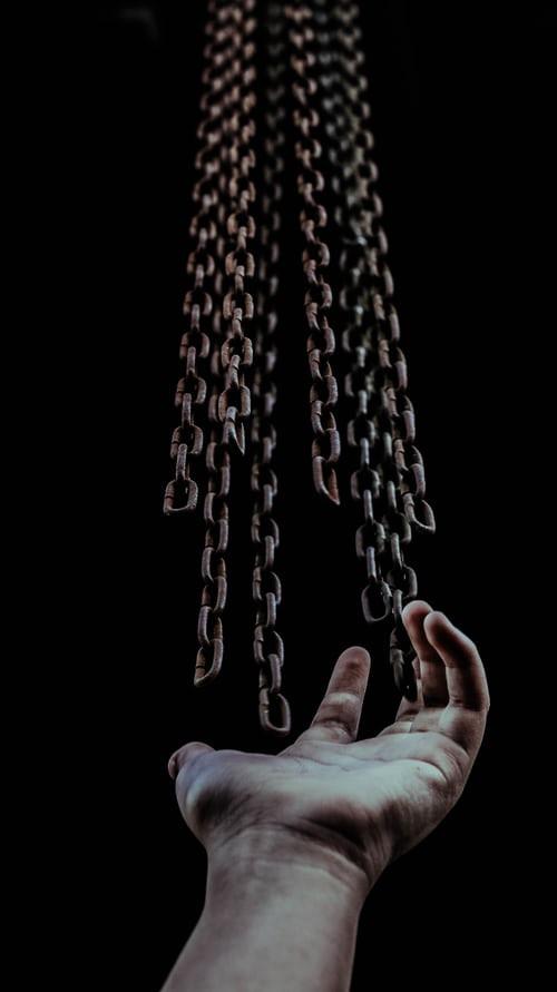 romper cadenas el signo de acuario, libertad, desapego, simbolismo acuario