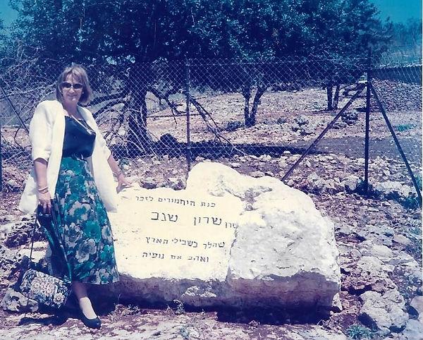כרמלה ליד האבן של שרון.jpeg