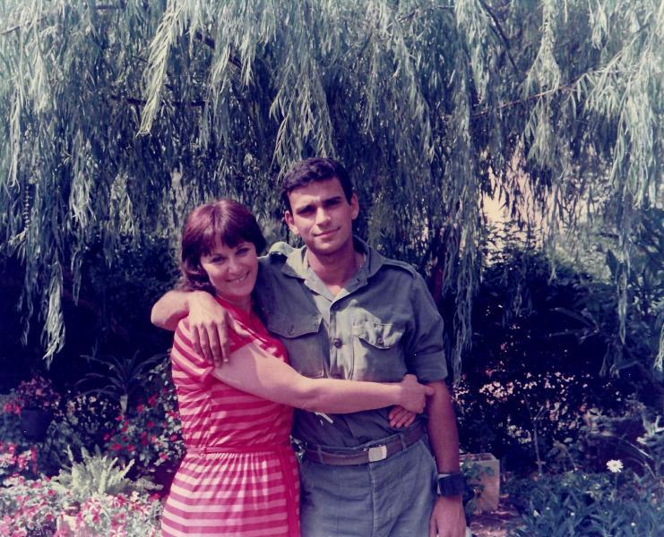 עם אמא בחצר