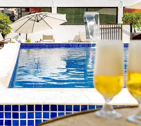 Piscina 3 cerveja Hotel Manibu Recife.jpg