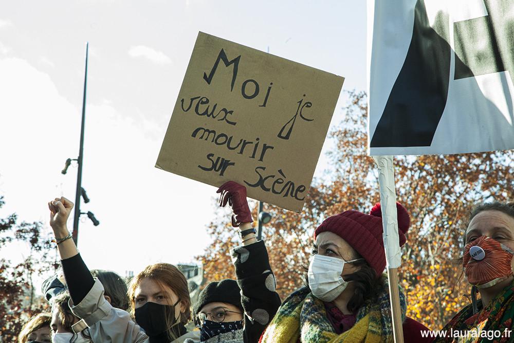 Des artistes dansent lors du rassemblement à Place de la Bastille, 14/12/2020. Photographie prise par Laura Lago, intermittente et photographe argentine à Paris depuis le 2000.