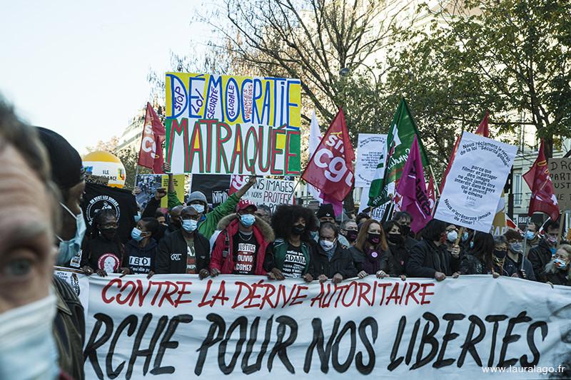 Des manifestants pendant la marche des libertés à Paris
