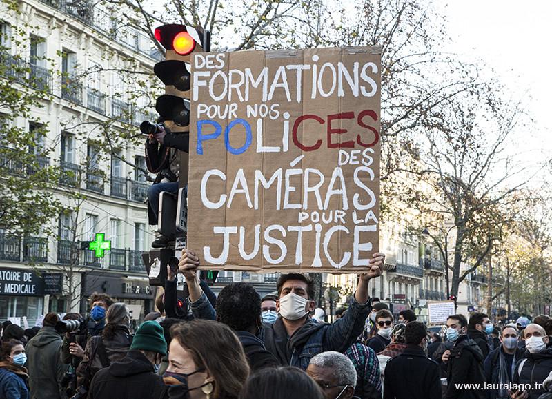 Des formations pour nos Polices, des caméras pour la justice. Manifestant de la Marche des libertés, Place de la République, Bastille à Paris. Photo de Laura Lago©