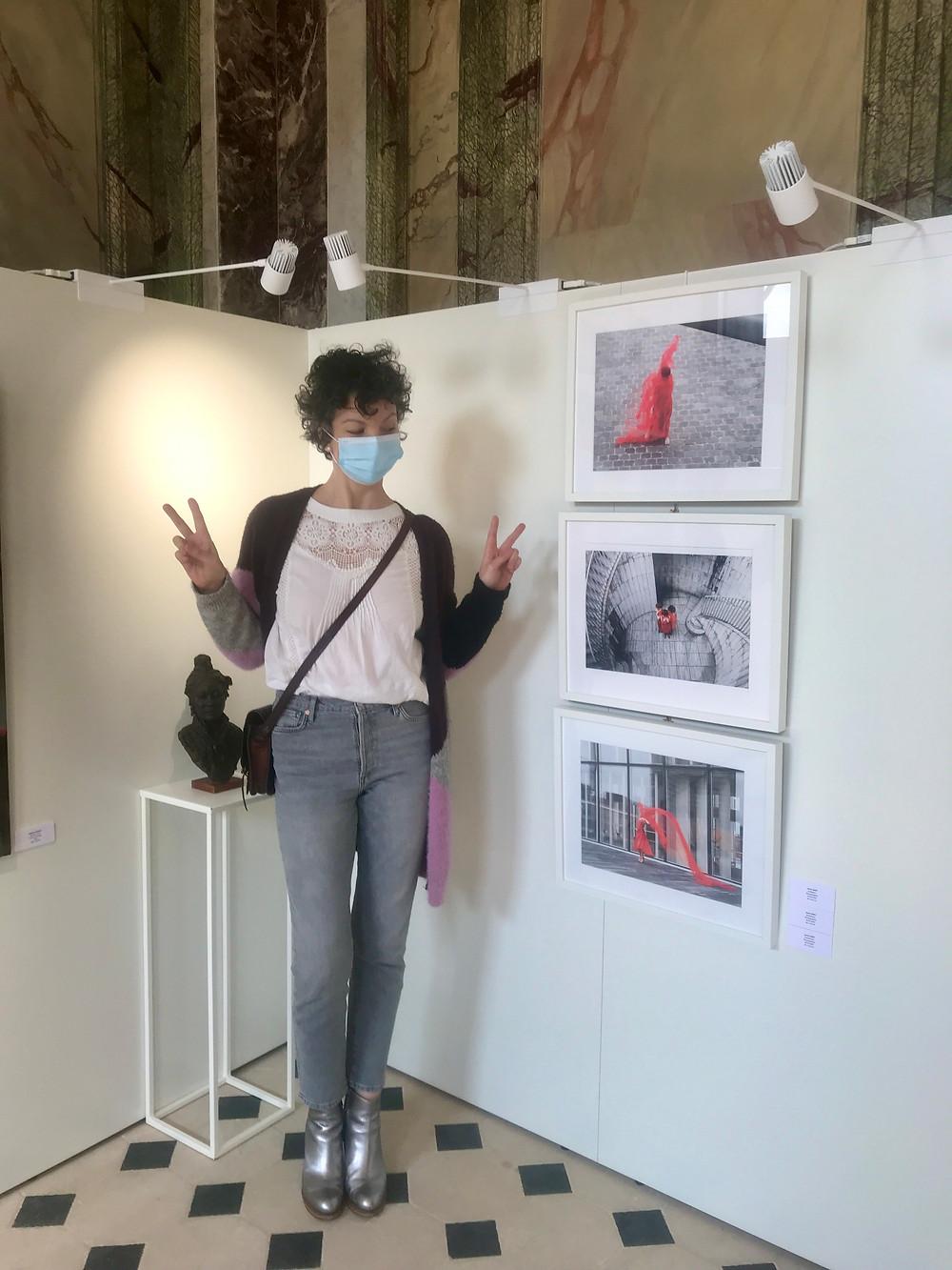 Laura Lago devant les trois photographies exposées lors de «L'art s'invite en ville»
