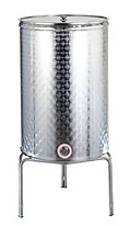 Cisternat enologjike të salduara me fund të sheshtë dhe fund të lulëzuar janë prodhuar në çelik inox 18/10 - Aisi 304 sipas standardeve më të rrepta të cilësisë për ruajtjen e lëngjeve ushqimore. Rubineti, mbështetësja, vaji dhe noti pneumatik dhe pompa me matës presioni sigurohen si pajisje shtesë. Kapaciteti 200 lit Kapaciteti 300 lit