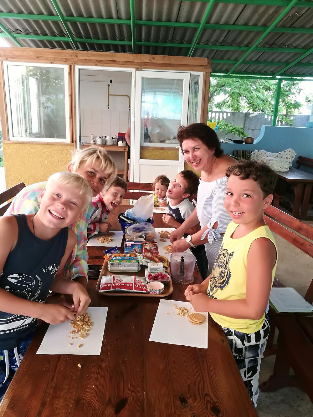 Совместный кулинарный мастер-класс в семейном лагере