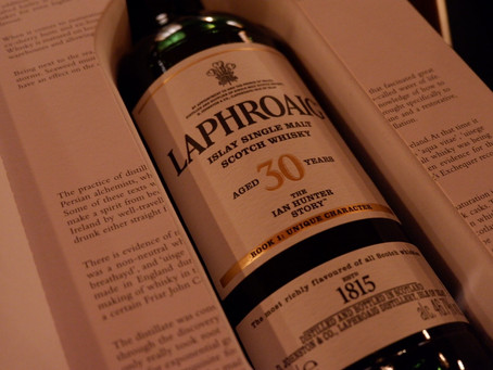 ラフロイグ30年 --- Laphroaig 30 Year Old - The Ian Hunter Story Book 1: Unique Character (70cl, 46.7%)