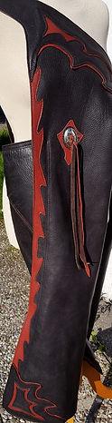 chaps avec garniture rouge