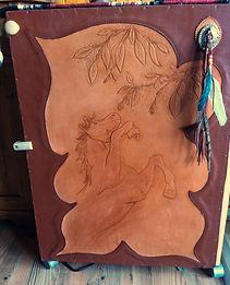 porte de meuble recouverte de cuir repoussé