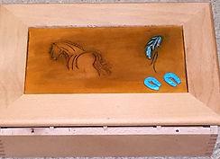 bîte recouverte de cuir repoussé