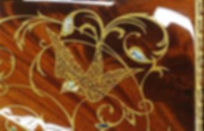 Коричневый рояль с инкрустациями (фото)