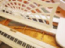Белый классический рояль германского производства (фото)