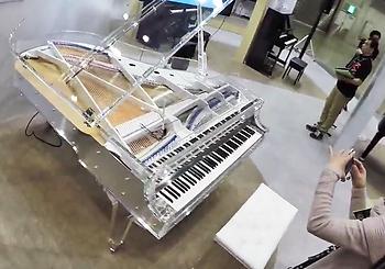 Прозрачный рояль (фото)
