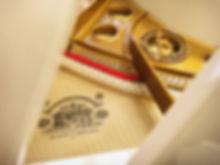 Белый рояль August Forster (фото)