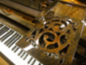 Коричневый рояль в отделке корнем ореха (фото)