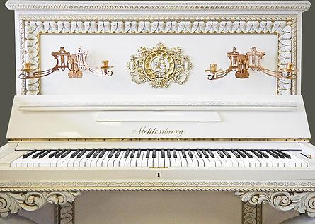 Белое фортепиано дизайнерское пианино немецкое с подсвечниками (фото)