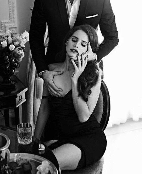 Прелюдия, мужчина ласкает грудь девушки.