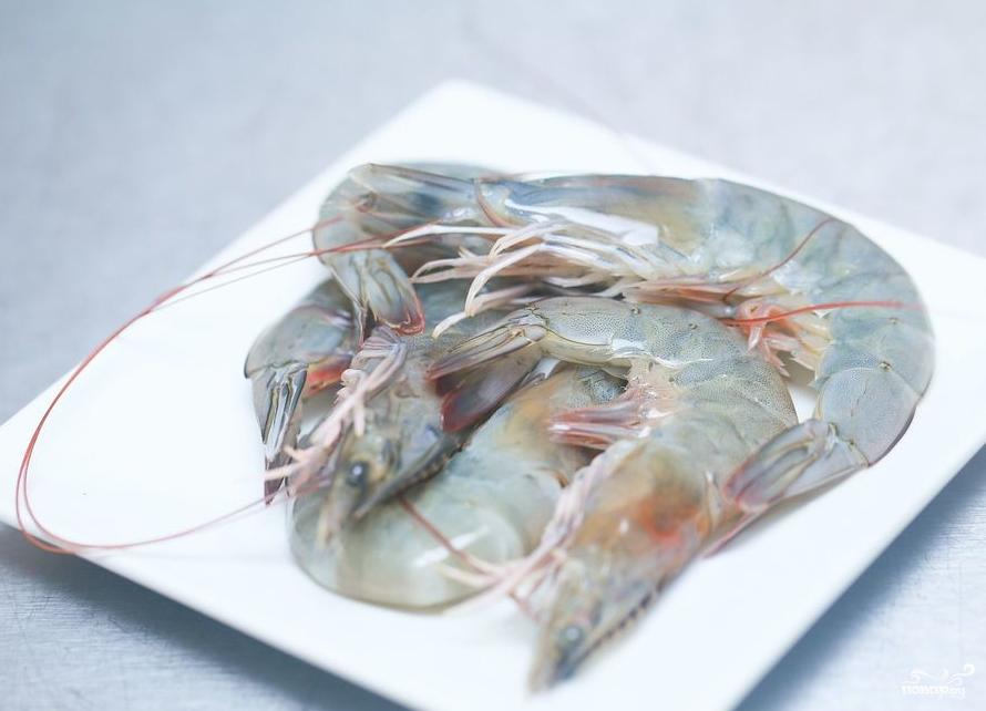 свежие креветки на блюде красиво уложены