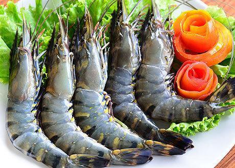 тигровые креветки на блюде
