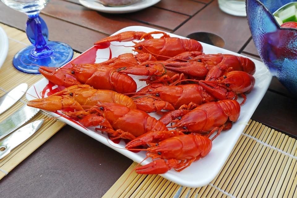 Раки – это представители членистоногих, ближайшие «родственники» омары. Мясо считается деликатесом, содержит в себе огромное количество микроэлементов. Пользуется оно большой популярностью.