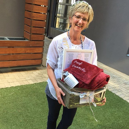 Prof Hannelie with her gift 🎁