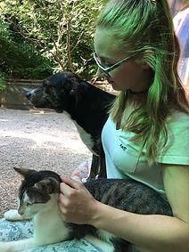 alicia mit hund und katze in italien.jpe