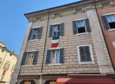 25 aprile 2020, il tricolore sventola dal Palazzo Arcivescovile di Ferrara