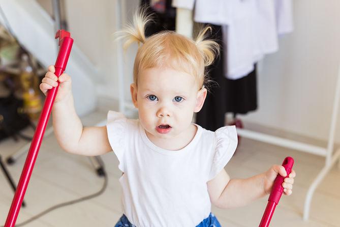 hearing-aid-in-baby-girls-ear-toddler-child-wearin-JJFHE96.jpg