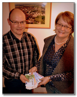 """Toni Ranner hat auf Geschenke zu seinem 50. Geburtstag am 17.01. verzichtet und stattdessen um Spenden für die Kinderkrebshilfe Ebersberg gebeten. Sie feierten am 20.01. mit ca. 40 Gästen im Gasthaus """"Zur Gass"""" in Ebersberg und am 25.01. im Brauereigasthof in Forsting mit ca. 60 Gästen. Dabei wurden insgesamt 1.840,00 € gespendet. Toni Ranner rundete den Betrag auf stolze 2.000,00 € auf."""