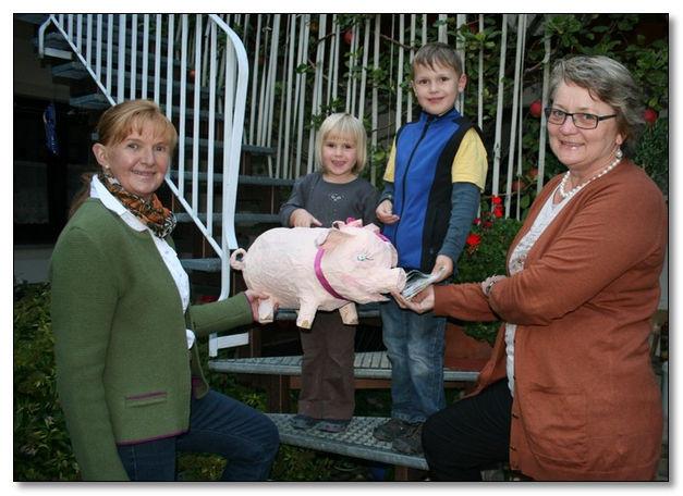 Beim 60. Geburtstag von Maria Riesbeck fütterten 50 Gäste ein Schwein mit Glückwünschen und Euros. Am Ende spuckte es 700,00 €  für die Kinderkrebshilfe Ebersberg e.V. aus und zusätzlich viele gute Wünsche für das Geburtstagskind.