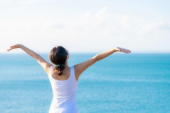 海の前に立つ女性.jpg